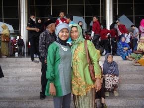 Ibu saya (kanan) waktu hadir di acara wisuda saya.